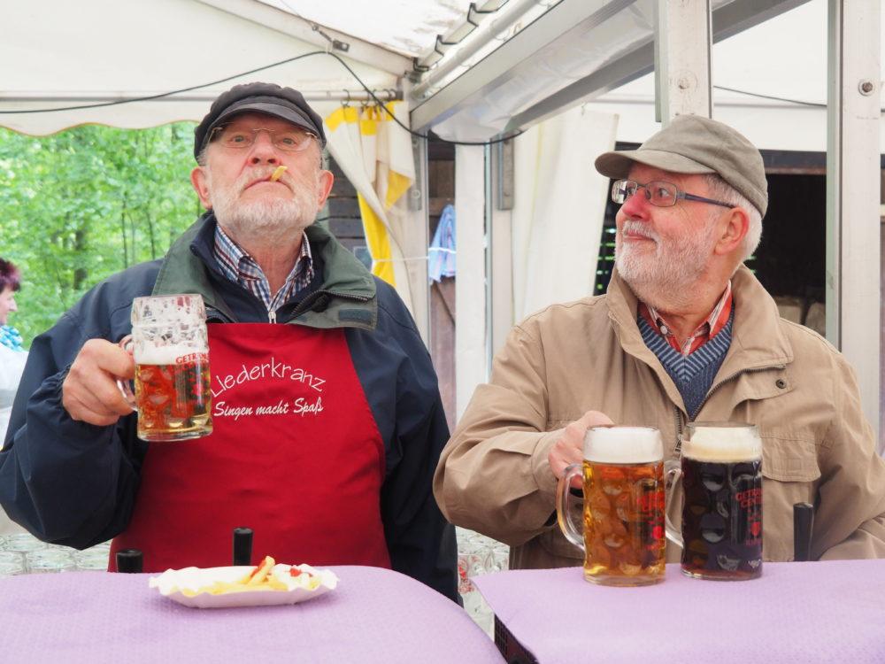 1.Mai Waldfest 2018 - Männer an der Bierzapfstelle